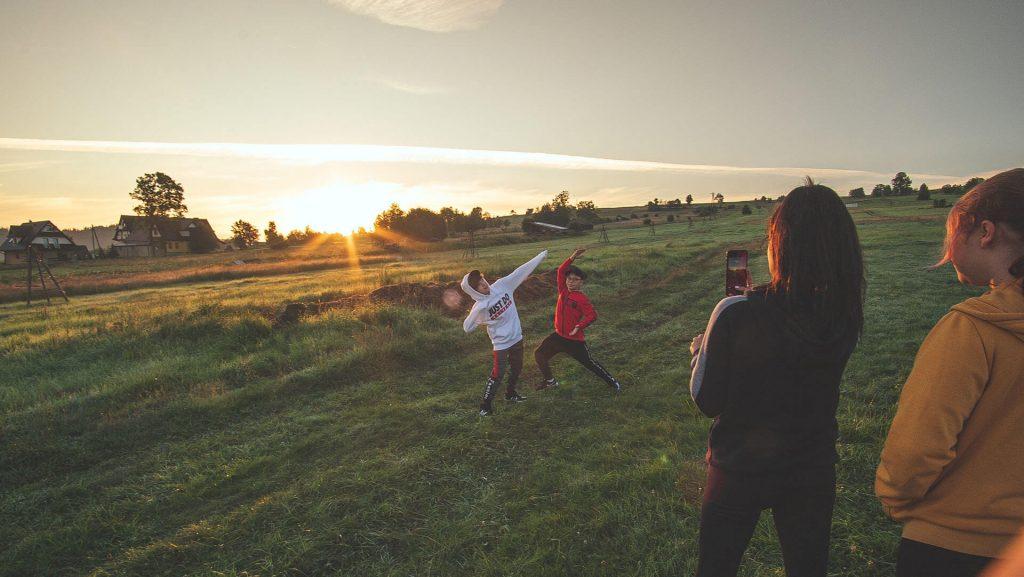stretching o wschodzie słońca na summerart
