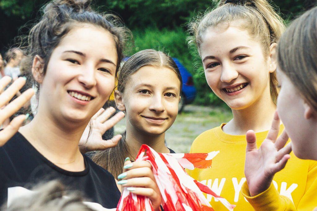 radosne dziewczyny na obozie letnim