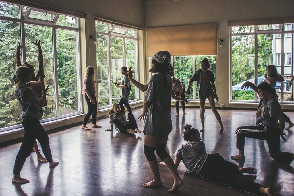 tancerze na letnim obozie