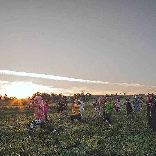 stretching o wschodzie słońca latem